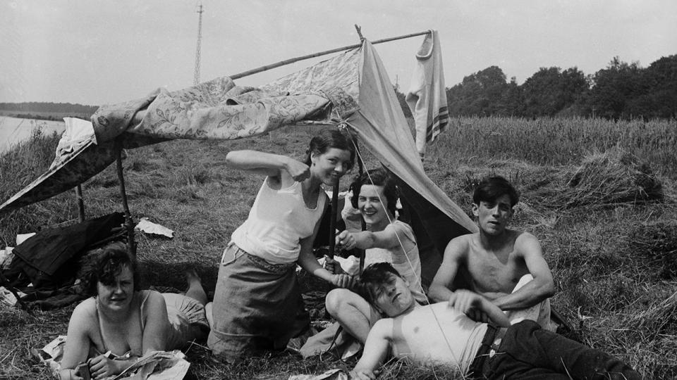 Camping de fortune le dimanche - Copyright Collection France Demay